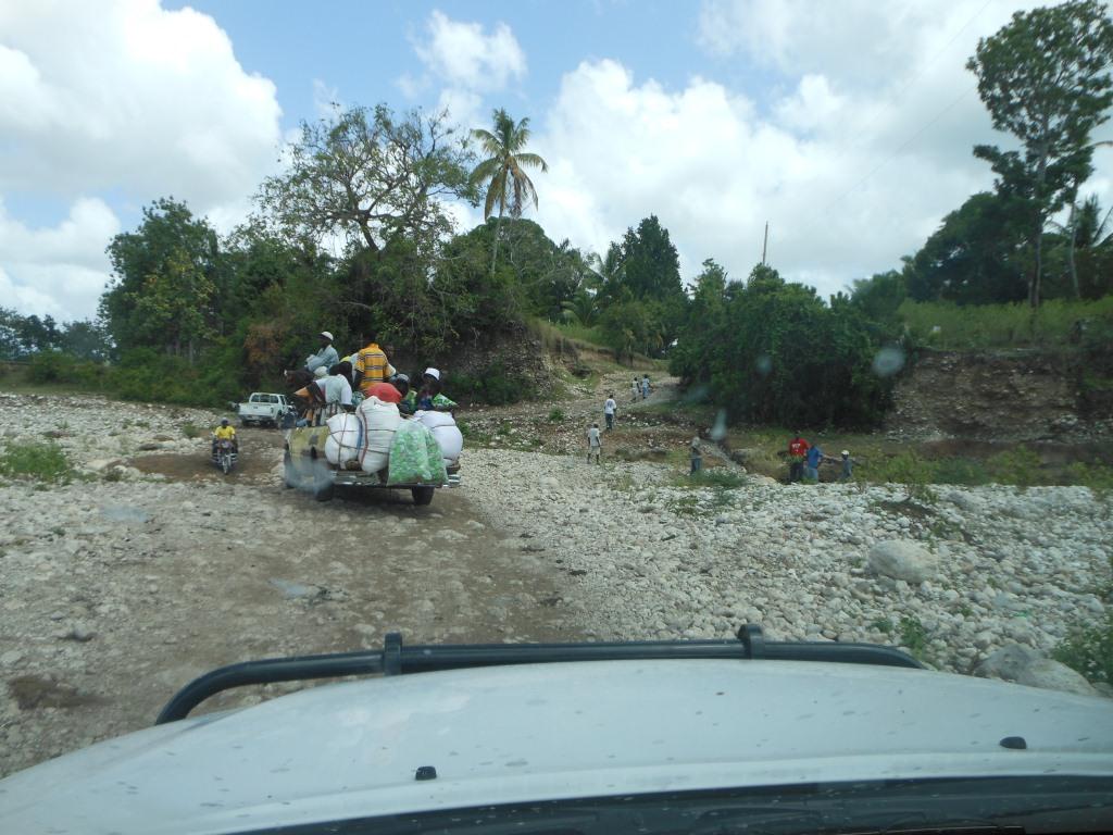 12-Strasse fuehrt durchs trockene Flussbett