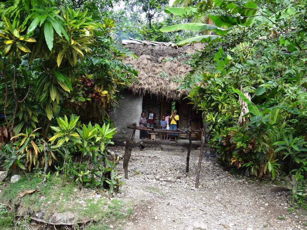 5-Kinder vor ihrer Hütte-compr